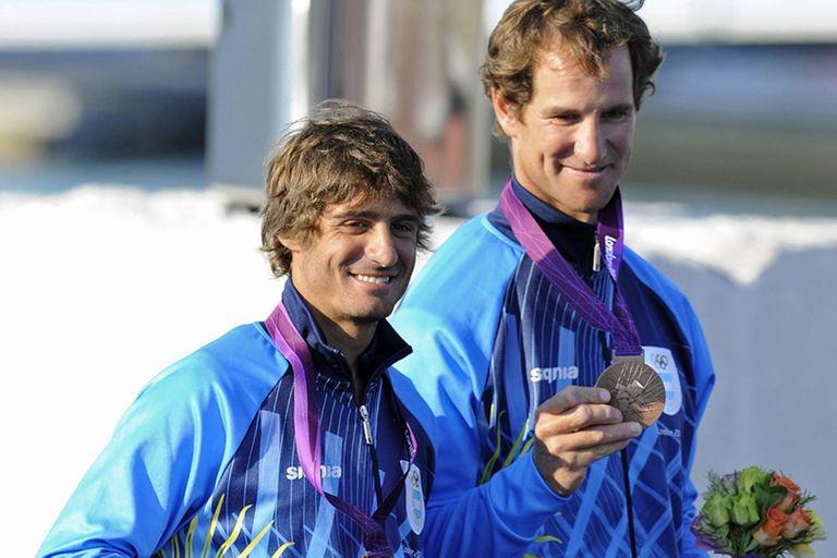 Lucas Calabrese y Juan de la Fuente, con sus medallas de bronce en la clase 470 de vela en Londres 2012
