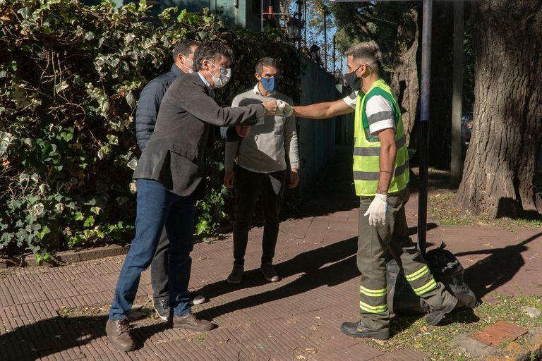 El intendente Gustavo Posee conversa con los vecinos y recuperadores. Lo recolectado se destina a la Asociación Cooperadora del Hospital Materno Infantil