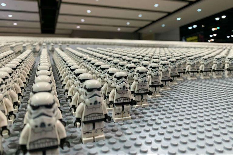 Un stormtrooper hecho con 36,400 mini legos