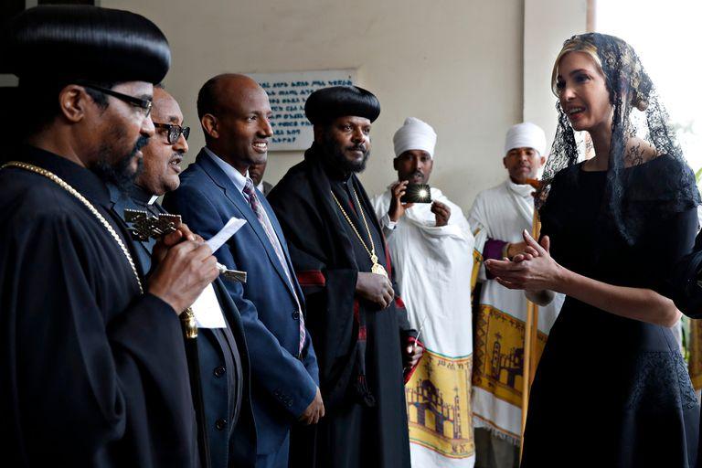 Junto a Dave Bohigian, director ejecutivo de OPIC, vestida de negro y con velo de encaje, visitó la iglesia de la Santísima Trinidad en la capital etíope