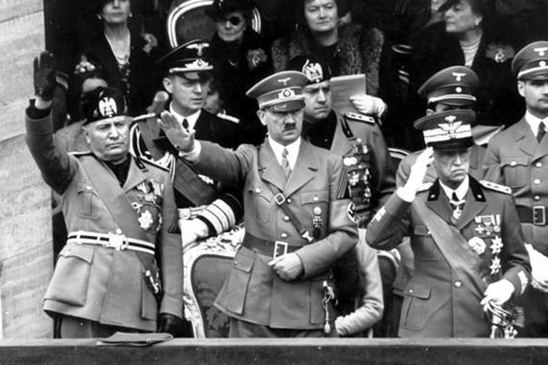 Benito Mussolini, Adolf Hitler y el rey Victorio Emanuel III durante un acto nazifascista