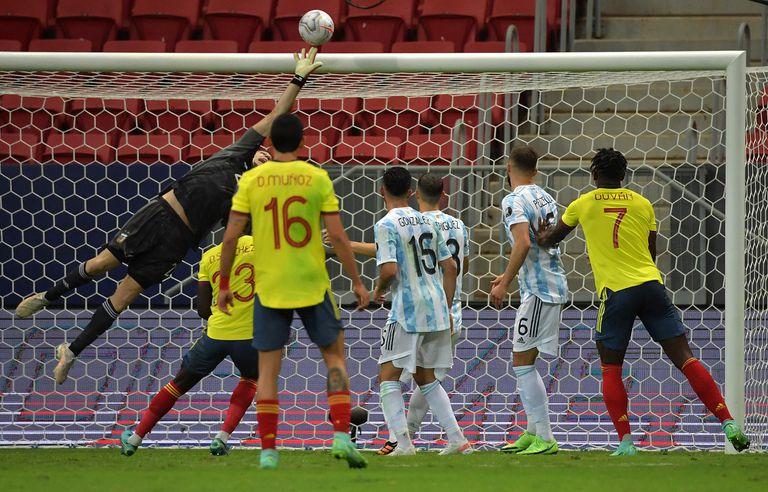 Emiliano Martínez intenta desviar el remate durante el partido que disputan Argentina y Colombia por la Copa América 2021