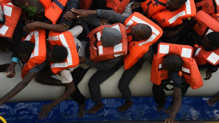 Así de superpoblado, uno de los botes rescatados por Médicos Sin Fronteras, intentaba llegar a Italia desde Libia