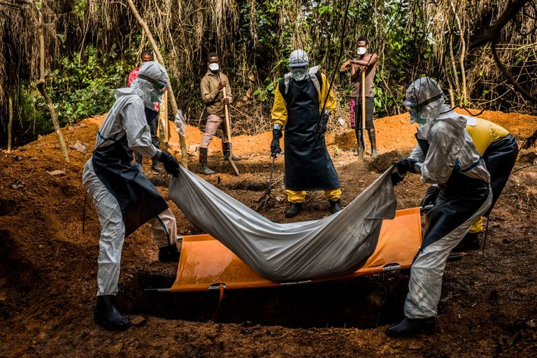 Una imagen que se ha vuelto cotidiana en algunos países de África: el entierro de una víctima de ébola, en Liberia