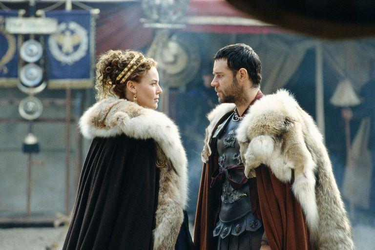Máximo (Russell Crowe) urde un complot junto a la hija de Marco Aurelio, Lucilla (Connie Nielsen) para destronar al despósito Cómodo