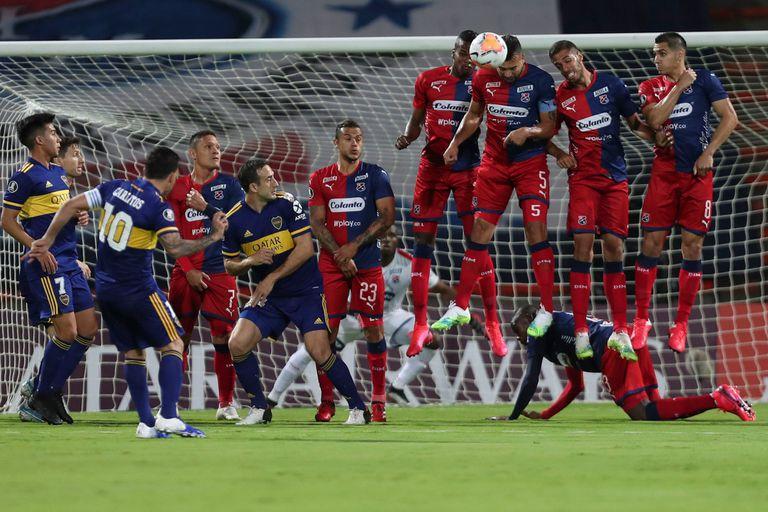 Patea Carlos Tevez; el 10 de Boca es uno de los que más hacían explotar el juego de Villa en la delantera.