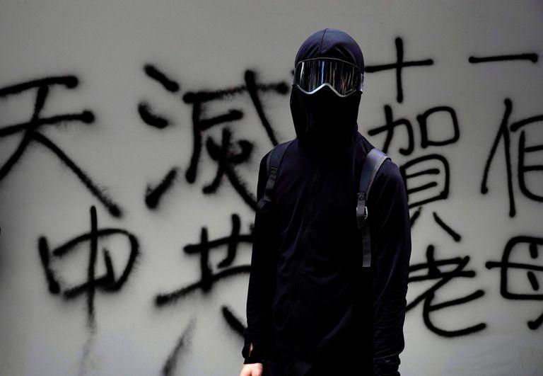 Vestidos de negro, con bombas caseras y ladrillos, los manifestantes se enfrentaron a la policía