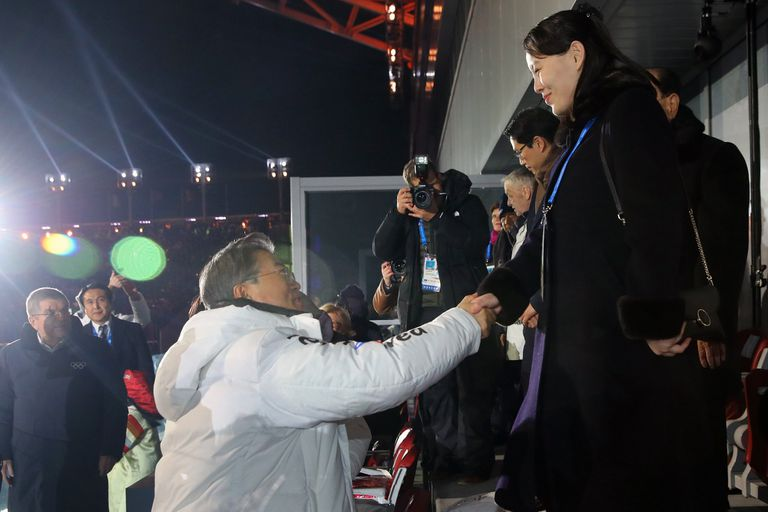 El presidente de Corea del Sur junto a la hermana menor de Kim Jong-Un, en la apertura de los Juegos Olímpicos de Invierno
