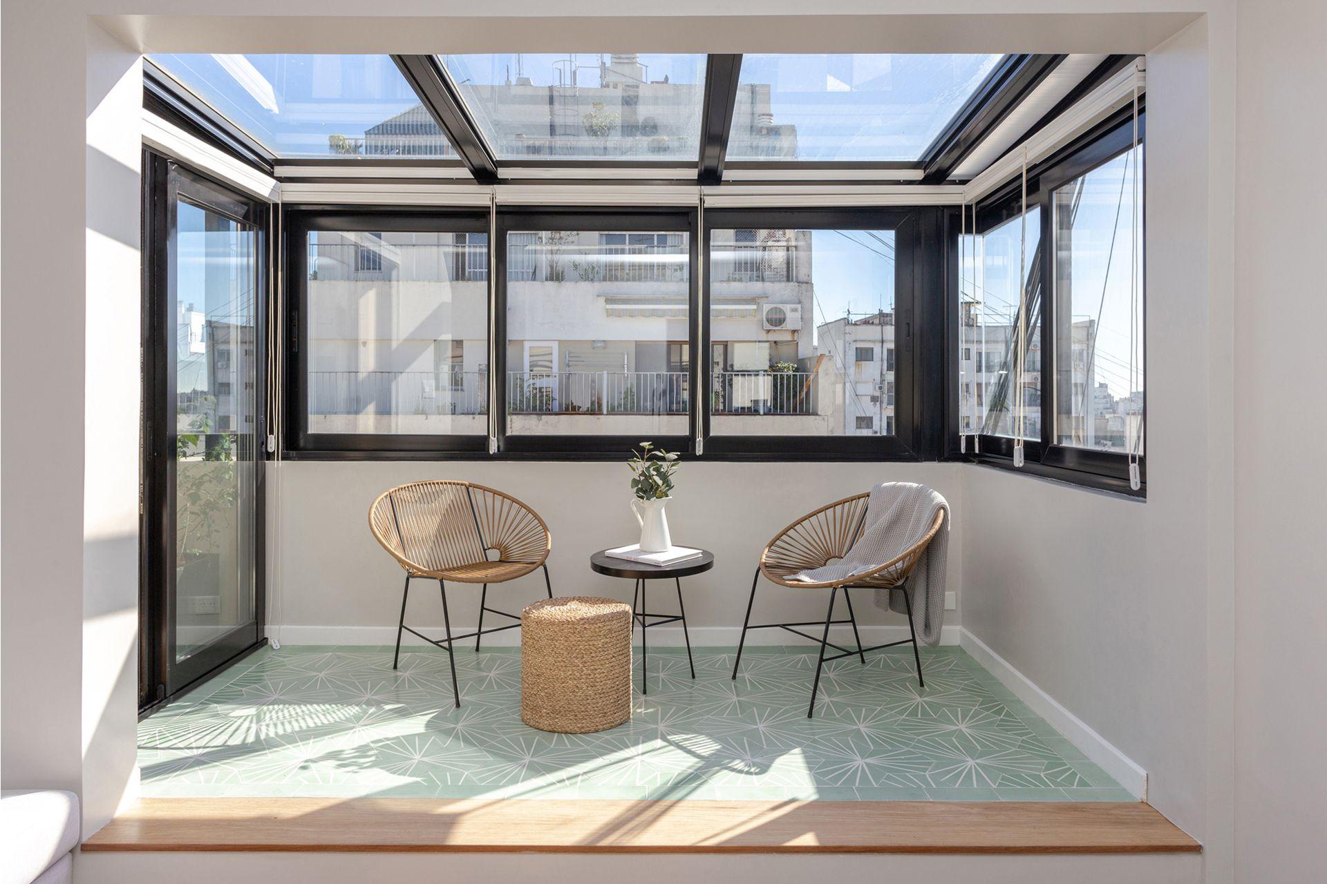 Se estiraron los 60m2 cubiertos de un piso 13 abriéndolos a la terraza para ganar metros y luz. Carpinterías de aluminio y DVH (Alumdesign), cortinas 'Duette' Sunscreen (Hunter Douglas), piso calcáreo (Terra Calcáreos).