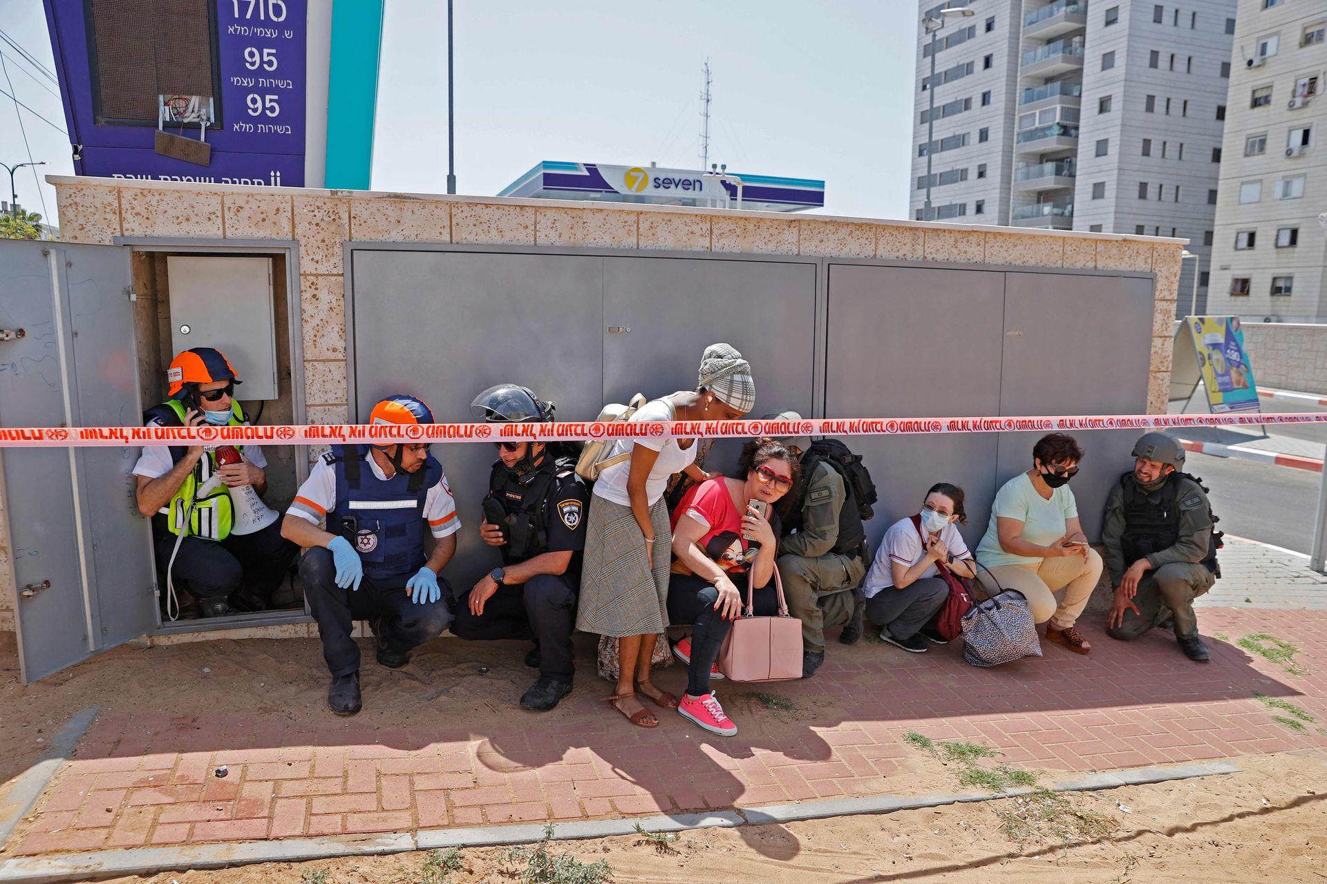 Ciudadanos israelíes se cubren de los misiles lanzados desde la Franja de Gaza, controlada por el movimiento palestino Hamas, hacia la ciudad de Ashkelon