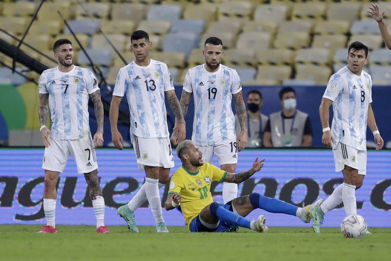 Neymar, desde el suelo, se queja de una falta