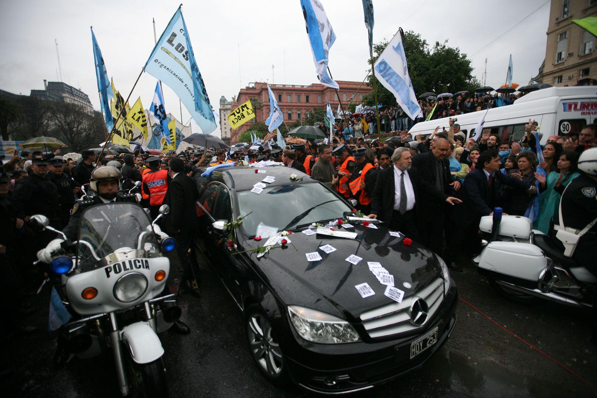 El traslado del féretro con los restos de Kirchner desde la Casa de Gobierno hacia el aeroparque