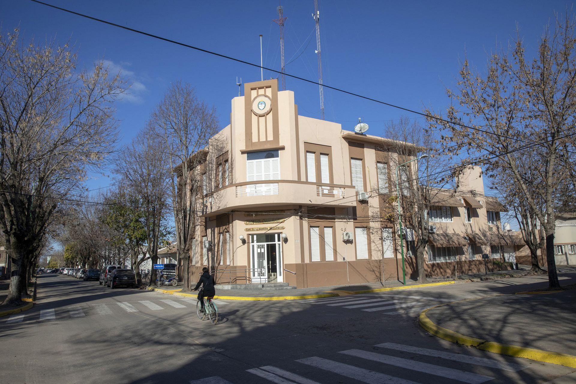 Frente de la municipalidad de Capitán Sarmiento: en la comparación interanual, pasó de recaudar $104 millones, en 2019, a $180 millones en 2020, un aumento de casi 75%, en un período en el que hubo 36,1% de inflación.