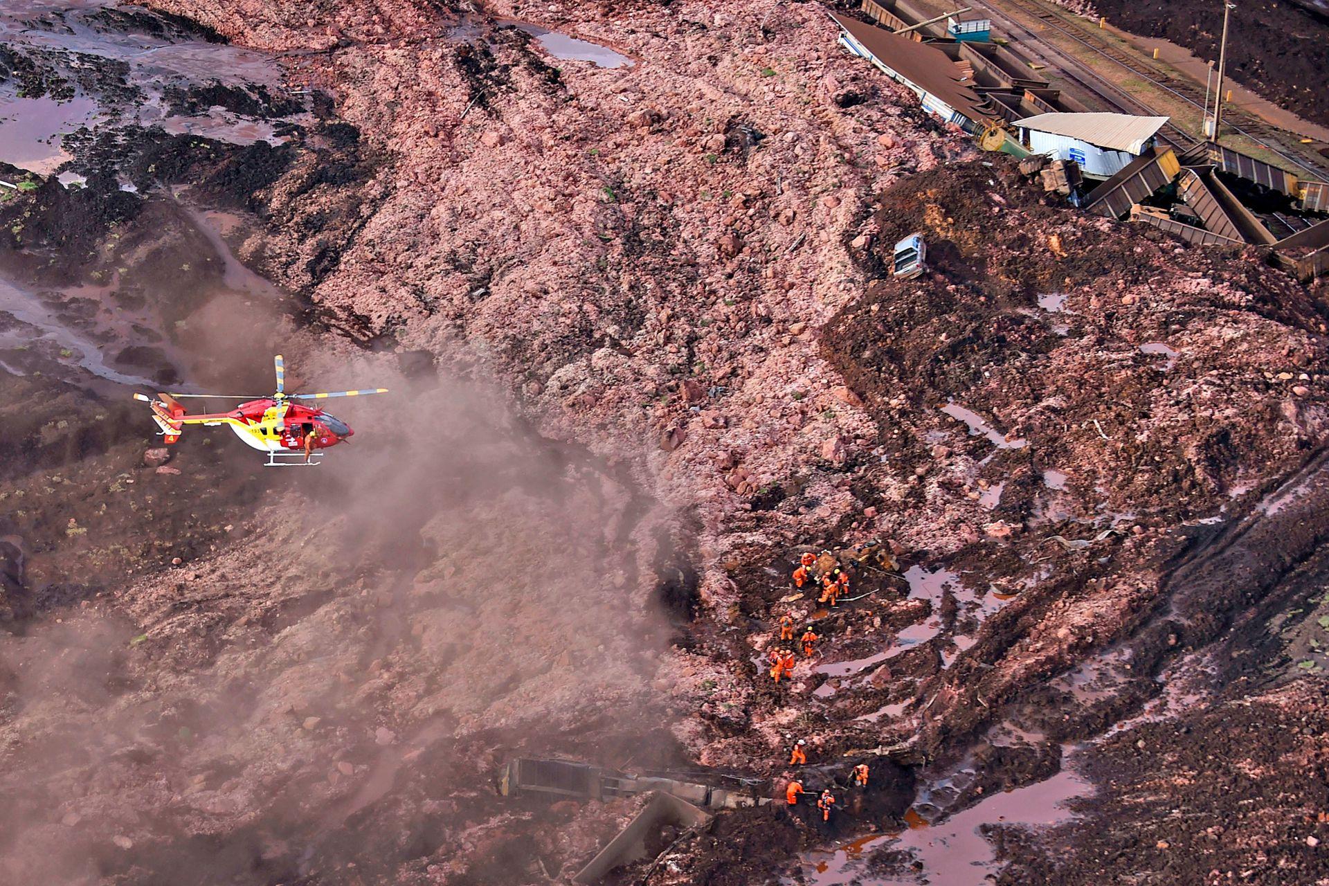 Un helicóptero sobrevuela en la zona del colapso