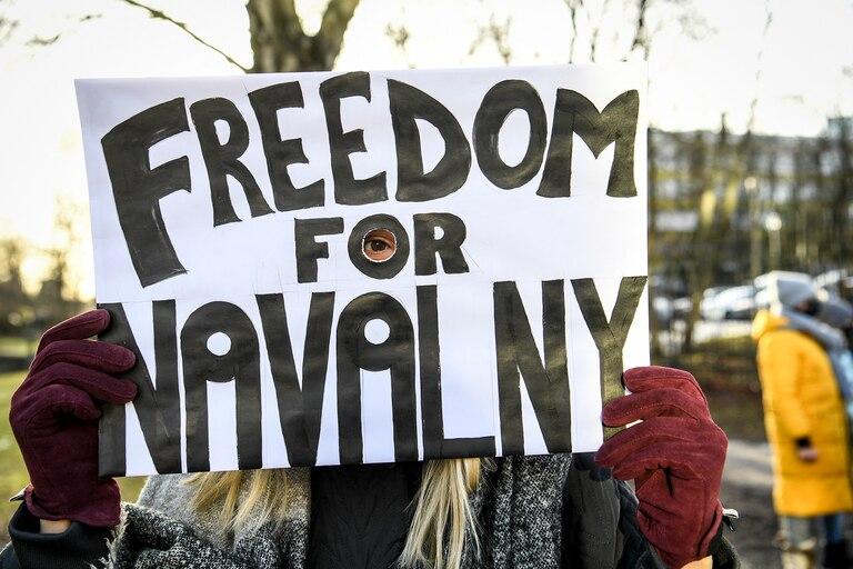 Una manifestante que exige la liberación del líder de la oposición rusa detenido Alexei Navalny sostiene un cartel frente a la embajada rusa en Estocolmo, Suecia, el 23 de enero de 2021