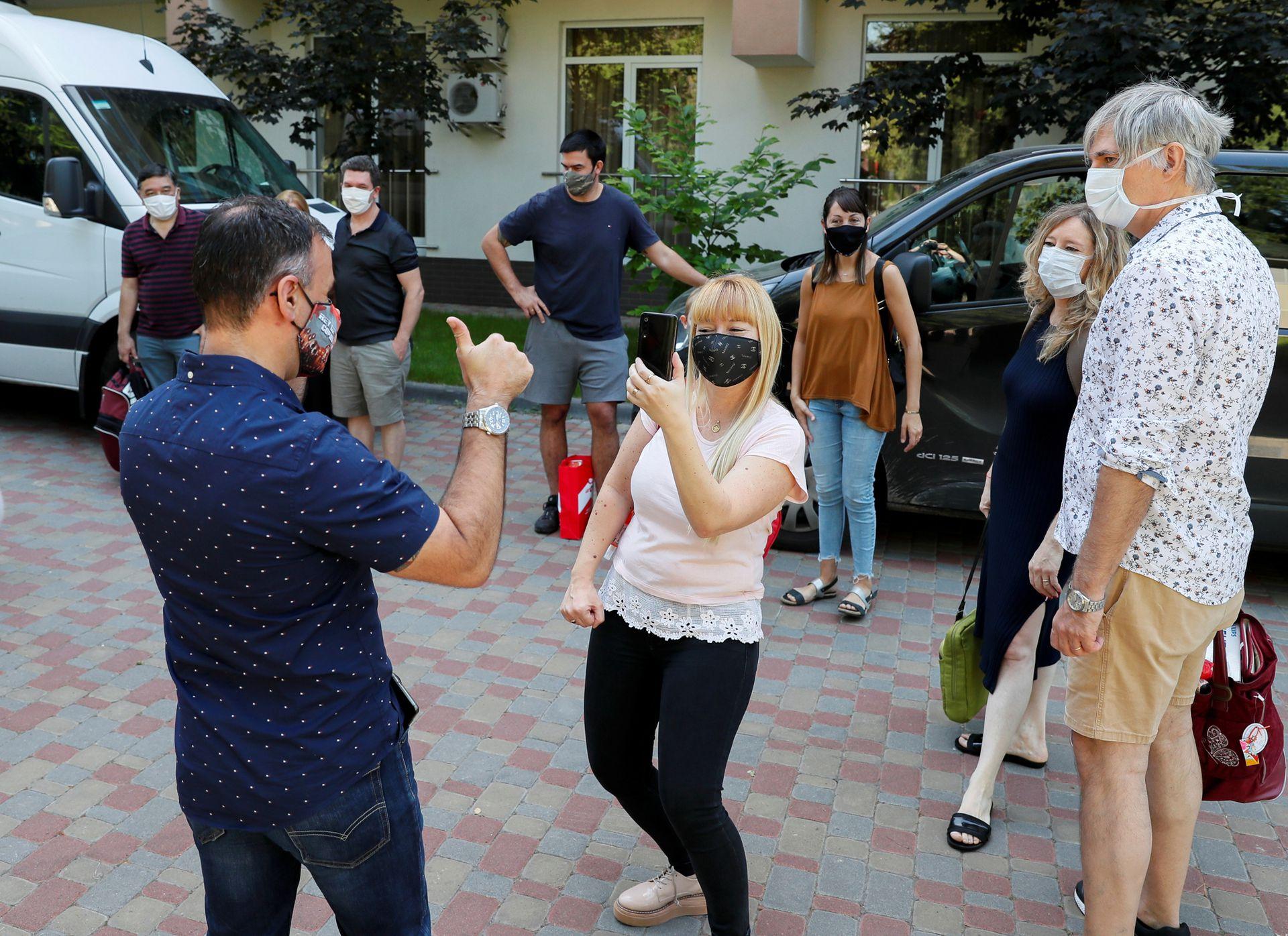 Residentes argentinos festejan cuando José Pérez y Flavia Lavorino de Buenos Aires, llegan para conocer a su hijo Manuel que nació de una madre sustituta en una clínica ucraniana de BioTexCom en Kiev