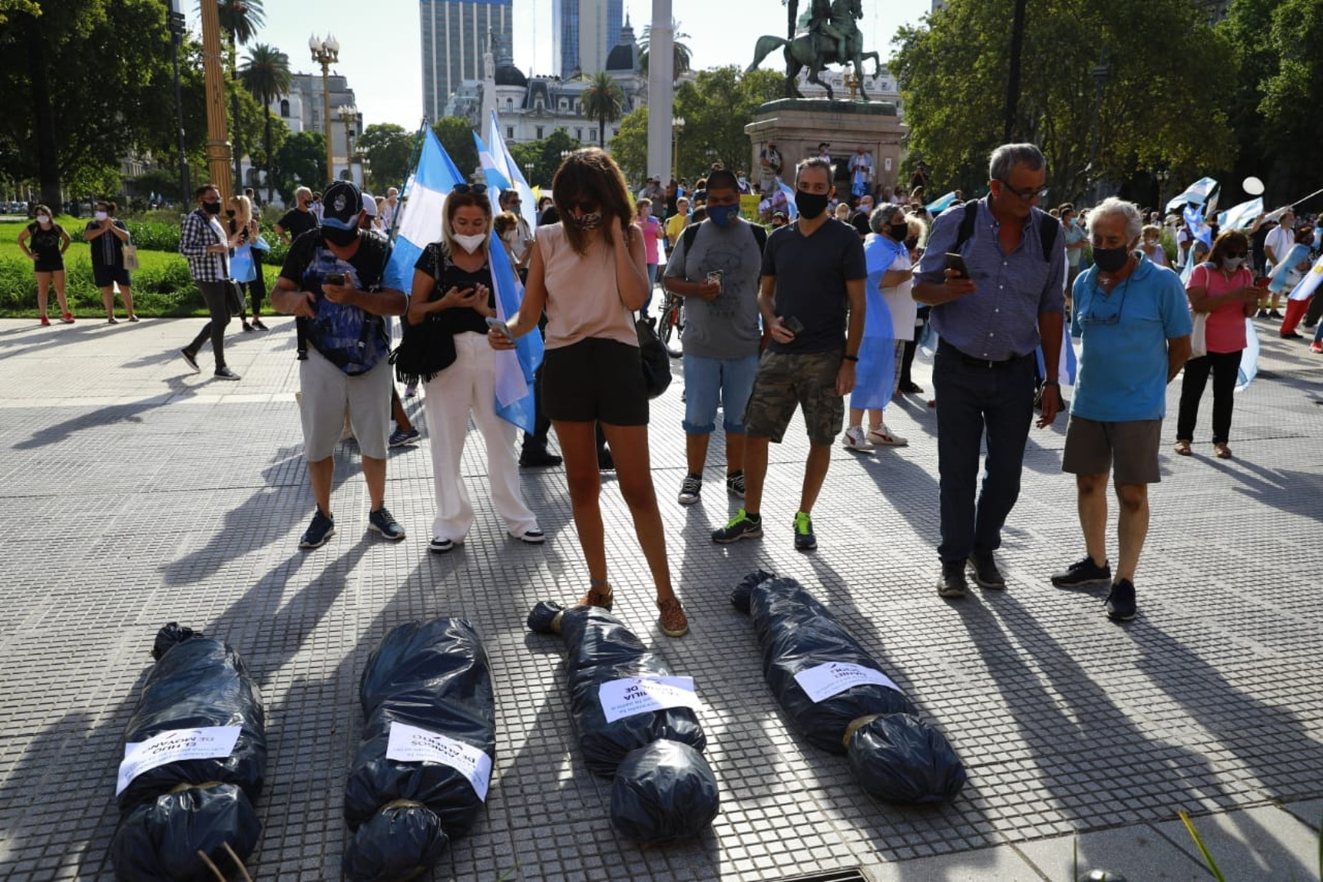 Una instalación montada por los manifestantes en la Plaza de Mayo