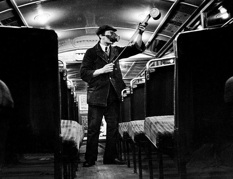 Muchas empresas intentaron frenar la propagación de la infección rociando una solución antigripal sobre trenes y autobuses