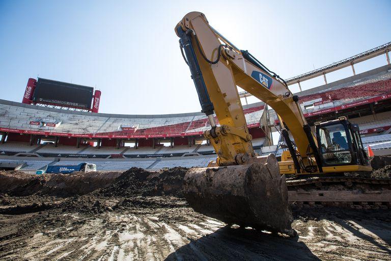 """Una excavadora donde hasta hace poco había césped y donde dentro un tiempo lo habrá; """"Gallardo está muy entusiasmado y es parte fundamental del proyecto"""", dice Brito."""