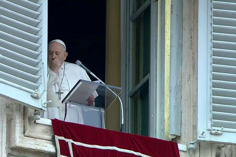 """El Papa anuló un retiro espiritual fuera de Roma por un """"resfrío"""" que le provoca tos. Los estudios dieron negativo."""
