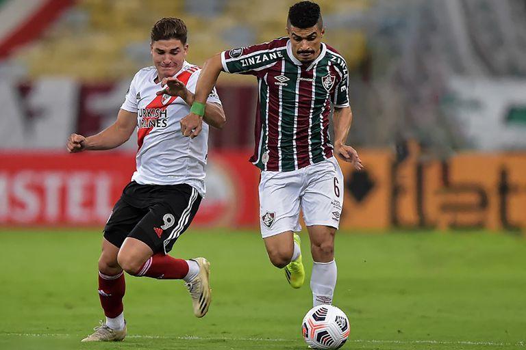 Egidio disputa la pelota con Rafa Borré; fue en el primer encuentro de la Copa, en el Maracaná