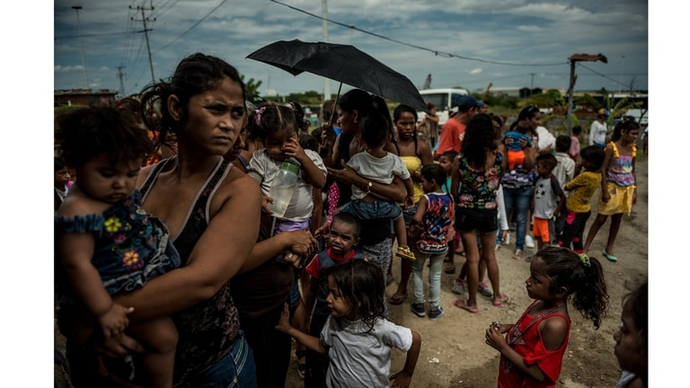 Familias haciendo fila para una clínica de salud gratuita para ni?os en Morón, en septiembre