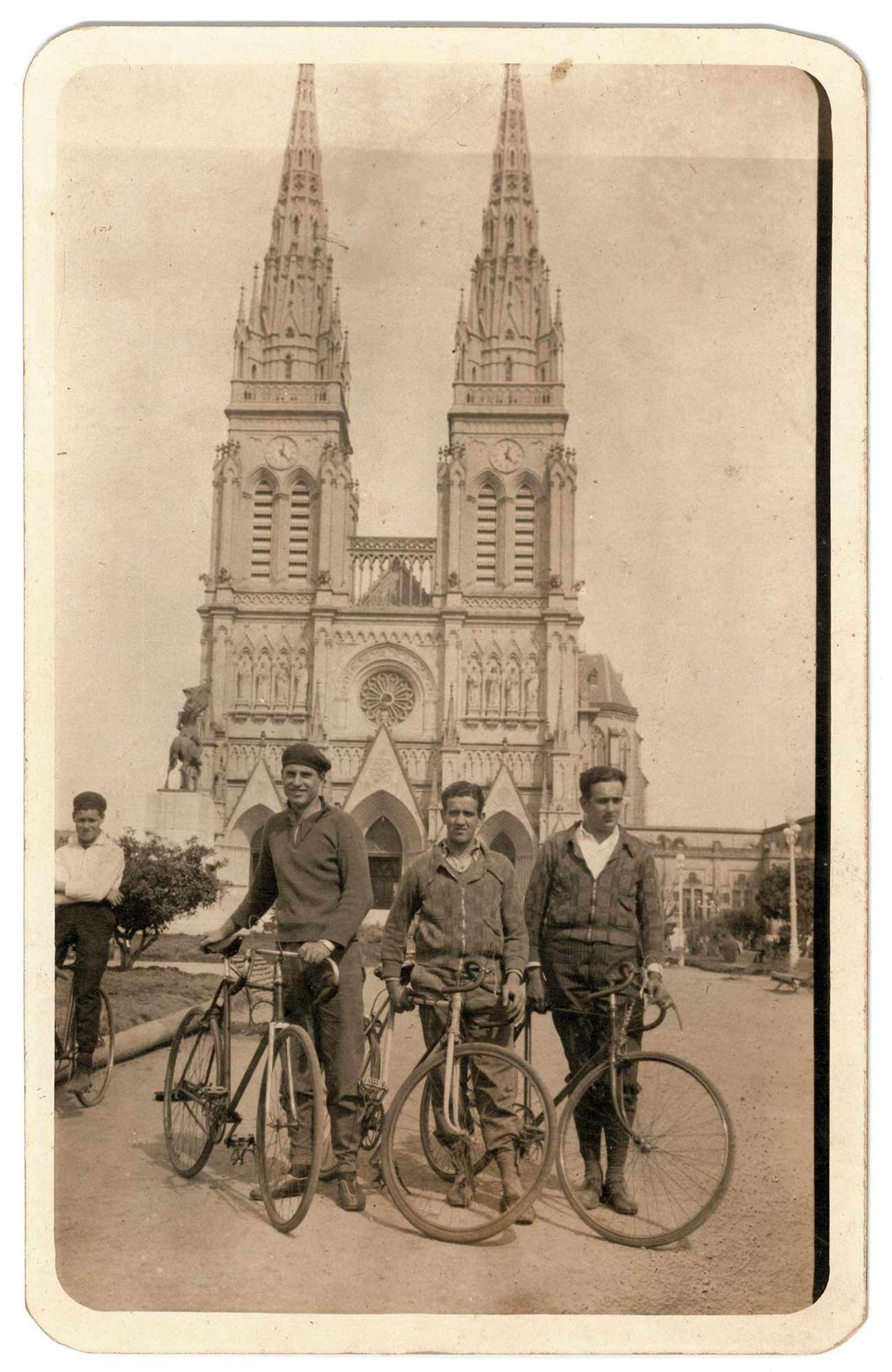 Jóvenes y sus bicis frente la basílica Nuestra Señora de Luján.