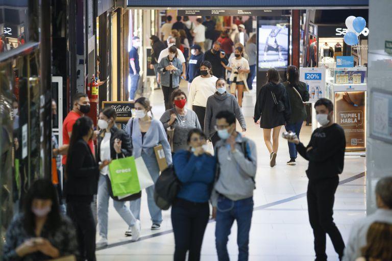 Menos restricciones. La ciudad estrenó más flexibilizaciones en una tarde con alta afluencia de público a los shoppings