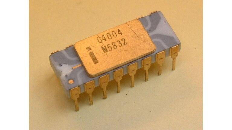 La pieza de silicio dentro del 4004 medía 3 x 4 milímetros