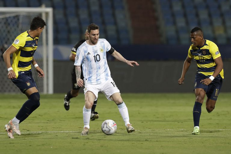 Messi domina el balón, rodeado por tres ecuatorianos