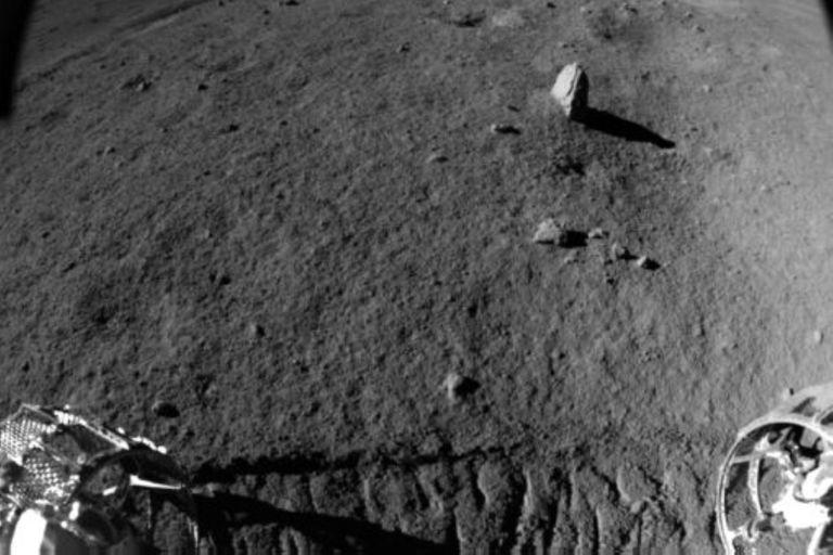 """El róver chino Yutu-2 realizó uno de los descubrimientos más importantes de su misión al hallar una """"inusual"""" piedra de forma alargada que sobresale del suelo"""