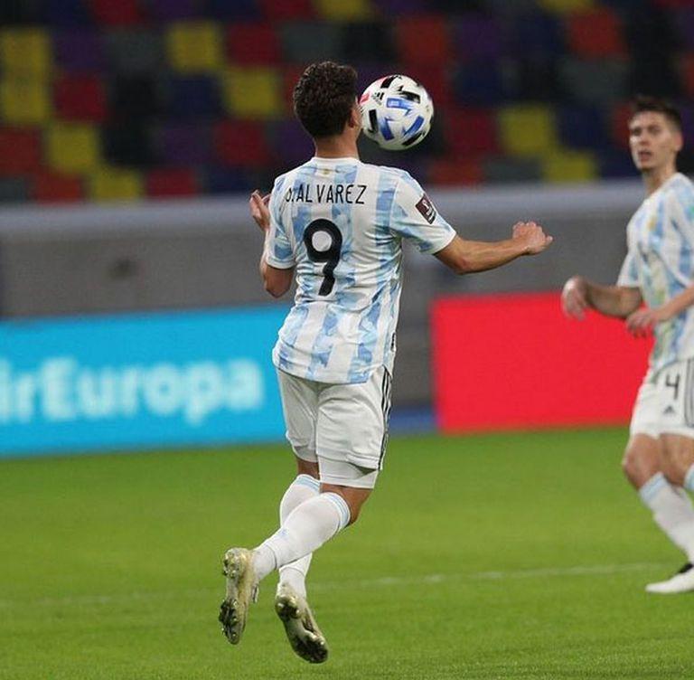 Julián Álvarez controla la pelota con el pecho, en su debut en la selección mayor, el jueves ante Chile.