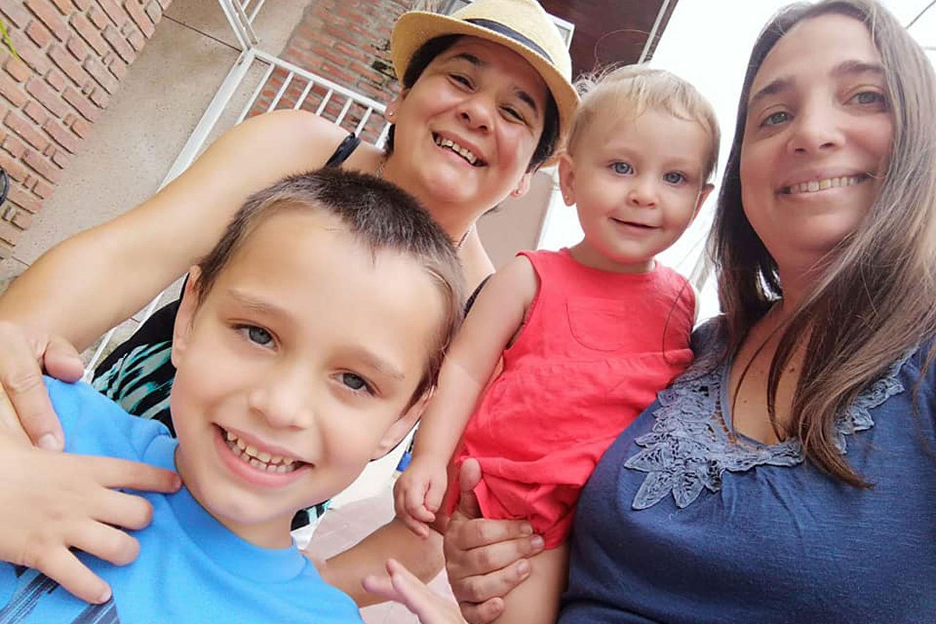 La familia de Marita y Romina y sus dos hijos