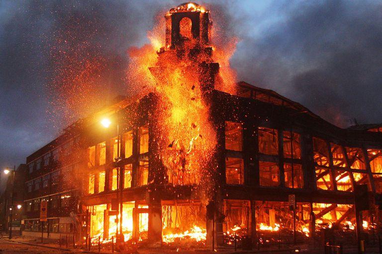 Impactante incendio durante las protestas