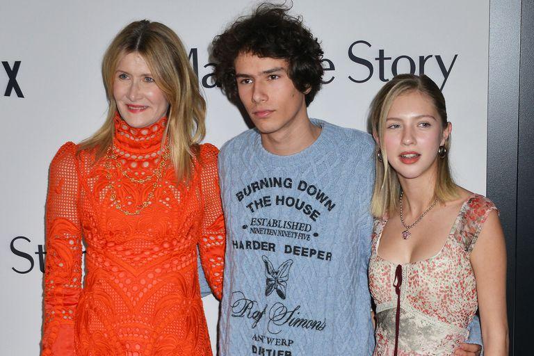 Laura Dern junto a sus dos hijos, en una de las presentaciones del film de Netflix, Historia de un matrimonio