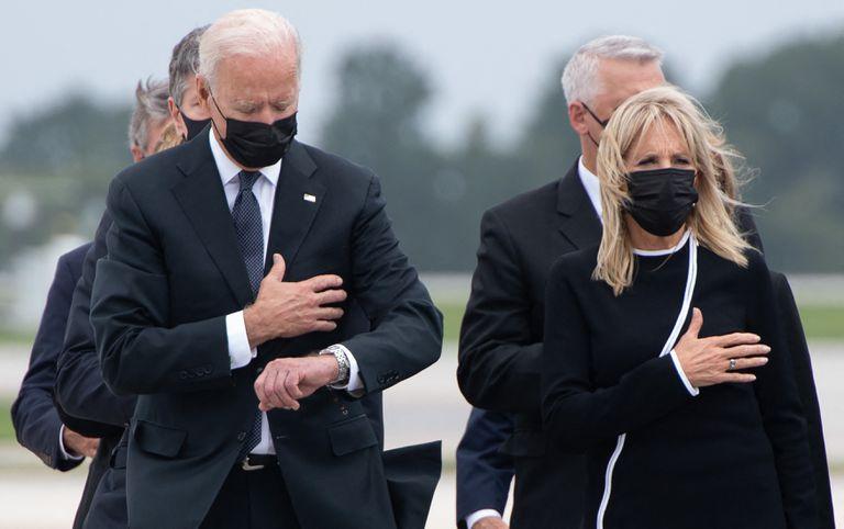Joe y Jill Biden en la base de Dover