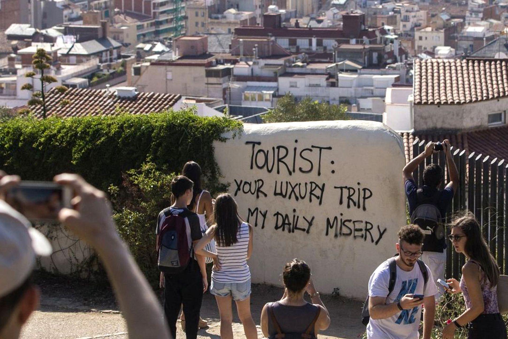 """Una pintada denuncia los efectos negativos del turismo masivo en Barcelona, una de las ciudades donde más crece la """"turismofobia"""""""