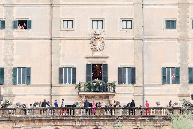 Los invitados disfrutaron del cóctel en los balcones de Villa Aldobrandini, un impresionante palacio considerado una joya arquitectónica del siglo XVI. La fiesta terminó con fuegos artificiales. Un día antes, la pareja había agasajado a sus íntimos con una comida en el restaurante Galleria del Cardinale, en un palacio barroco en el centro de Roma.