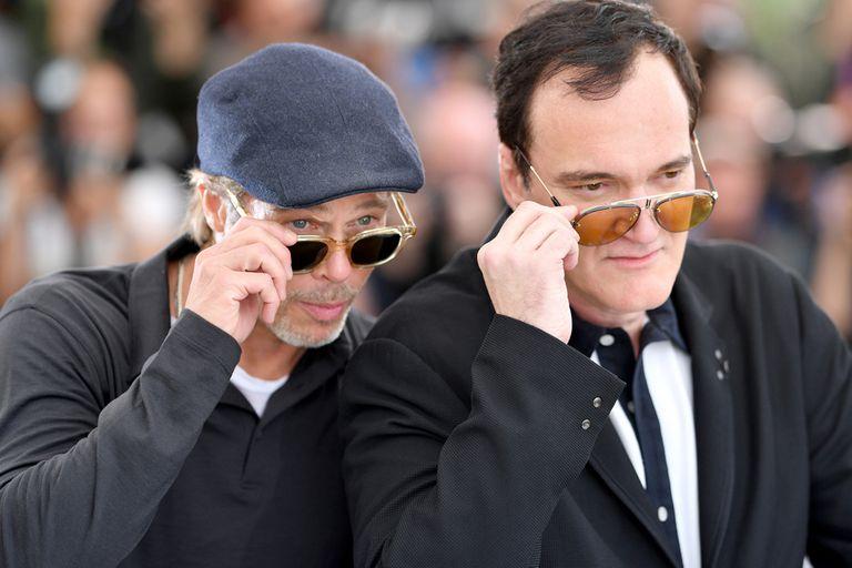 Brad Pitt y Quentin Tarantino se divierten mientras cientos de cámaras los enfocan, antes de hablar con los periodistas sobre su último film