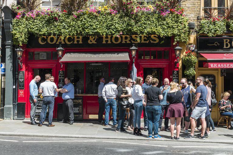 La historia de los pubs ingleses que abren al público a las 7:00 de la mañana