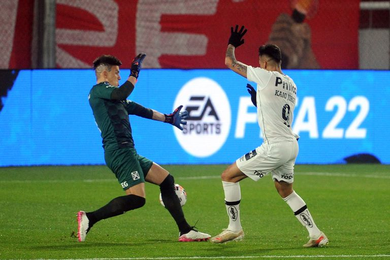 Kaio Jorge marcó el 1-0 de Santos ante Independiente; nada pudo hacer Sosa