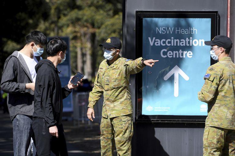 Soldados australianos ayudan a la gente en un centro de vacunación contra el COVID-19 en Sídney
