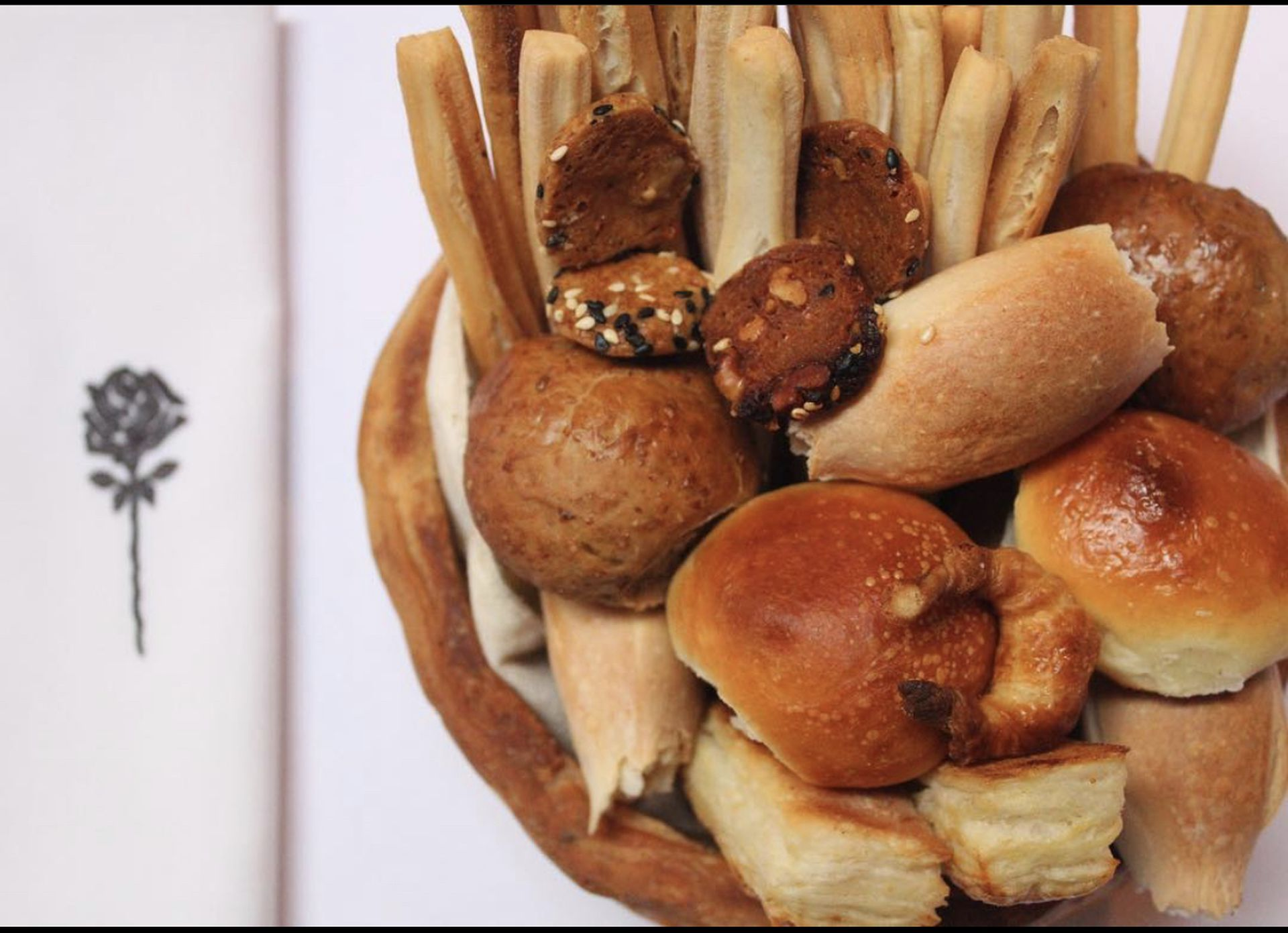 La panera de Rosa Negra no solo contiene siete variedades de pan, sino que además es comestible.