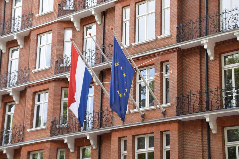 21-01-2021 Las banderas de Países Bajos y la Unión Europea en un edificio oficial POLITICA ECONOMIA BT