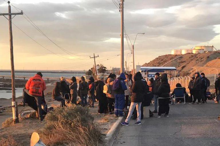 Los docentes acampan en la entrada de la playa de tanques de combustibles de Comodoro Rivadavia en reclamo por falta de pago