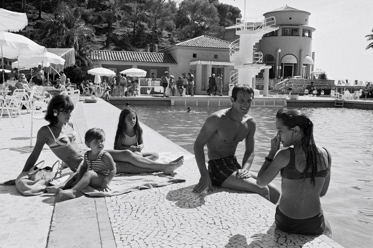 Durante unas vacaciones familiares en la Costa Azul, en julio de 1965, Jean-Paul disfruta de la pileta del hotel con su mujer, Elodie, y sus tres hijos, Patricia, Florence y Paul.