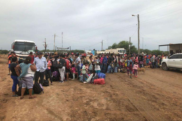 Cientos de vecinos esperan ser evacuados