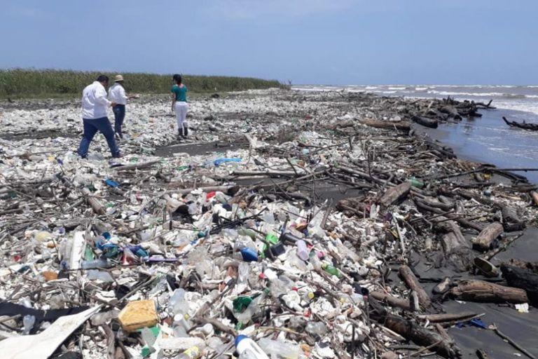 El fenómeno de la invasión de basura genera conflictos entre Honduras y Guatemala, ya que los residuos provienen del río Motagua, que en gran parte atraviesa este último país