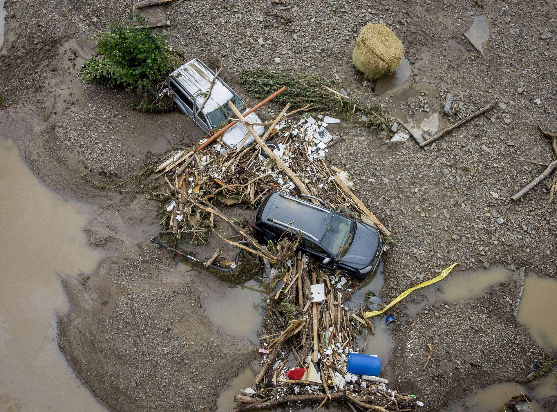 Autos, casas y gran cantidad de escombros fueron arrastrados por el agua