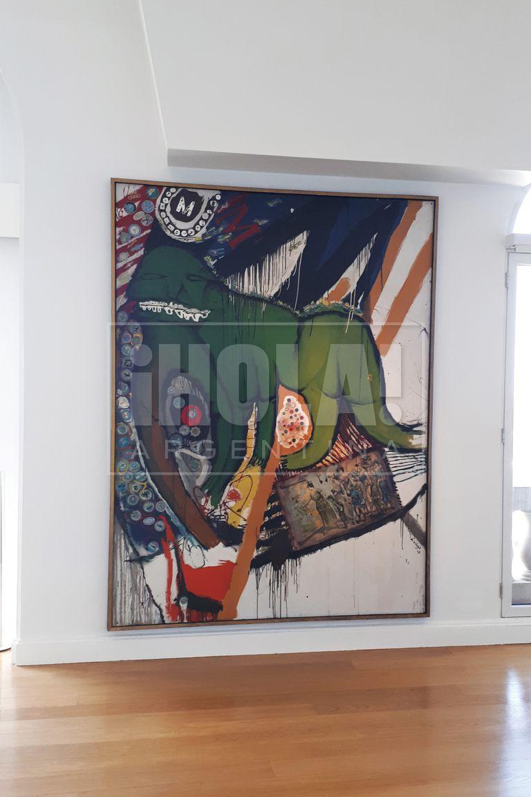 "Sobre una de las paredes del living, se aprecia ""Music Hall"" (1963), de Jorge de la Vega. Óleo, lámina impresa, metal, papel y calcomanías sobre tela."